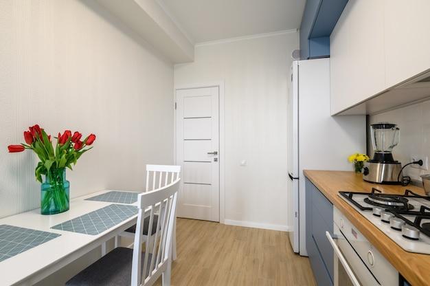 Accogliente cucina moderna interni alcuni cassetti tirati fuori