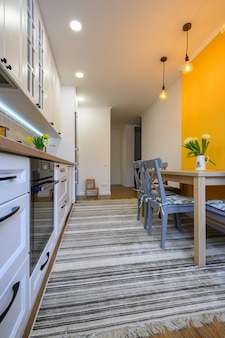 Accogliente e moderna cucina interna ben progettata