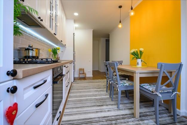Interni accoglienti e moderni della cucina ben progettati