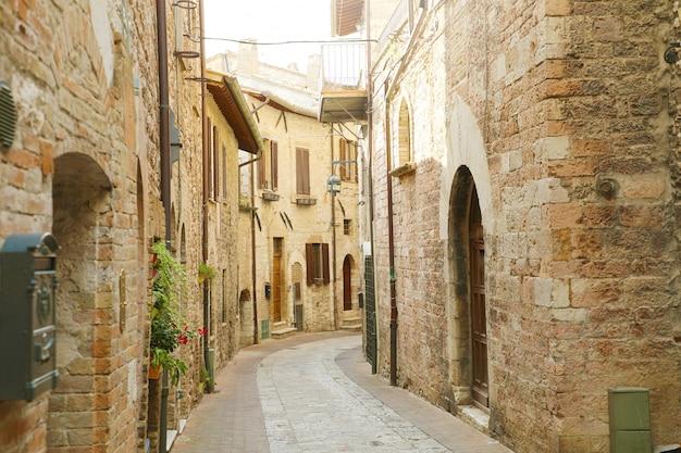 Accogliente vecchia strada italiana nel cuore dell'italia.