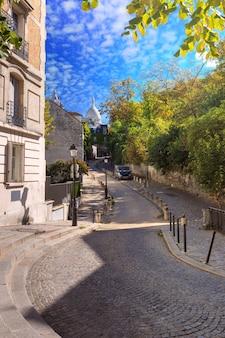 Accogliente vecchia strada e basilica del sacro cuore nella soleggiata mattina d'estate, quartiere montmartre a parigi, francia