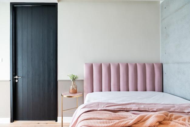 Accogliente angolo camera da letto rosa con velluto rosa baby