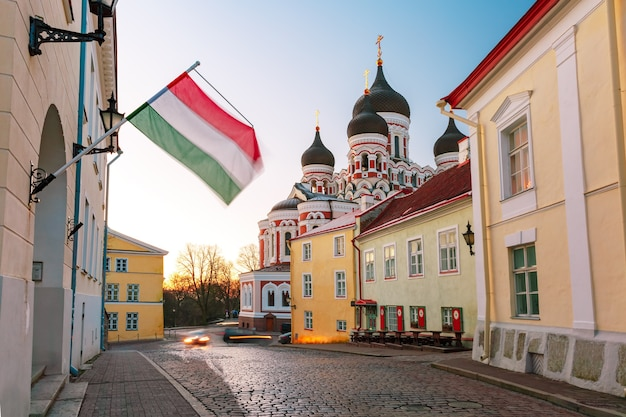 Accogliente strada e cattedrale ortodossa russa alexander nevsky al mattino, tallinn, estonia