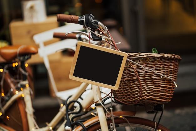 Accogliente strada con la vecchia bicicletta a roma, italia.