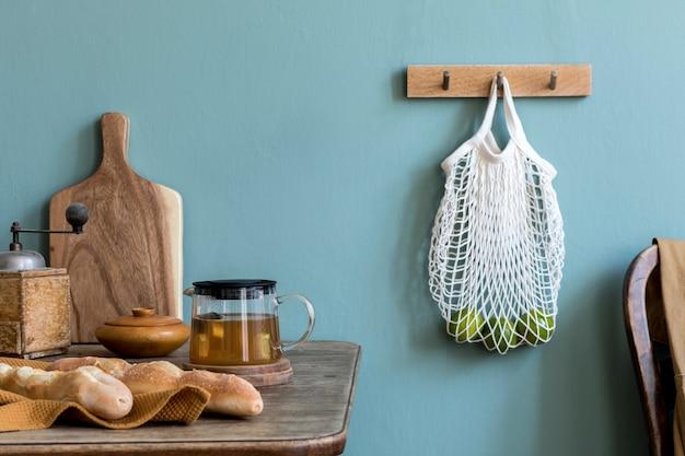 Composizione accogliente ed elegante della sala da pranzo creativa con spazio copia, consolazione in legno, girasoli e accessori personali.