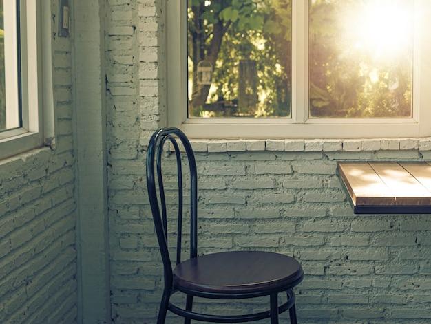 Sedili per finestre accoglienti finestre con vista .sunlight attraverso la finestra al mattino.