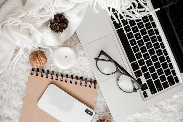 Atmosfera lavorativa accogliente con laptop e telefono