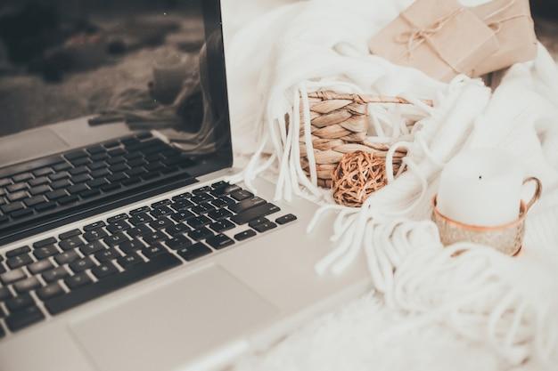 Ambiente di lavoro accogliente con il laptop