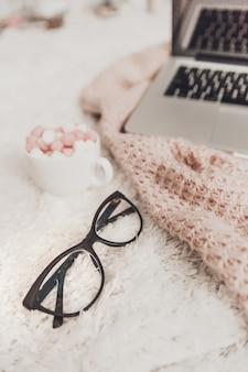 Atmosfera di lavoro accogliente con laptop