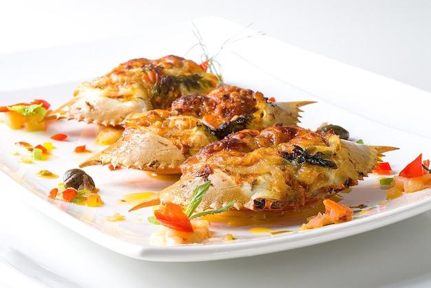 Cono di granchio, ingresso principale prima della degustazione di frutti di mare, su un piatto bianco.