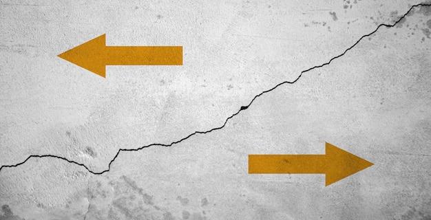 Priorità bassa concreta di struttura della crepa con le frecce