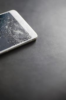 Crepa sul vetro. schermo rotto. telefono rotto. sfondo di vetro rotto. crepe bianche nel vetro.