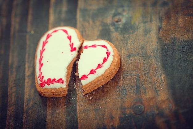 Biscotto a forma di cuore incrinato. concetto di rottura