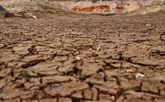 Terra spaccata sul fondo di un lago prosciugato