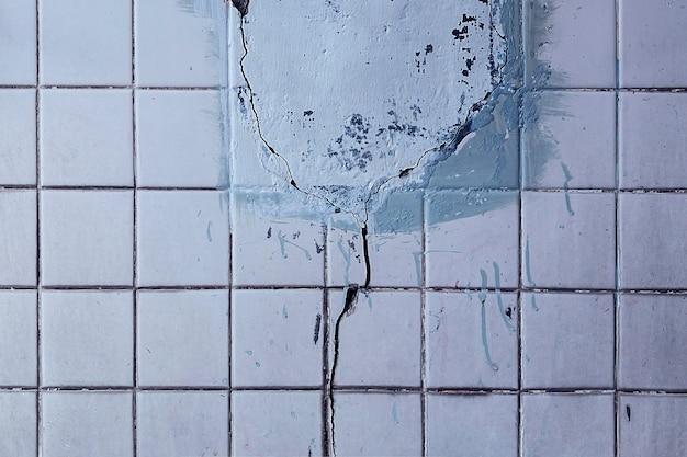 Vecchio fondo incrinato di struttura della parete delle mattonelle di ceramica di lerciume, fondo astratto