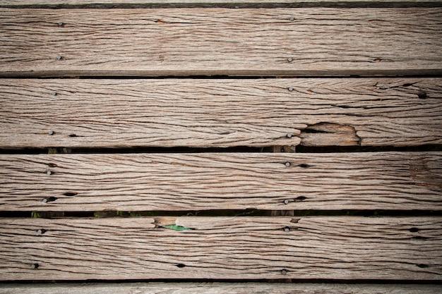 Fondo strutturato del primo piano di legno molto vecchio incrinato