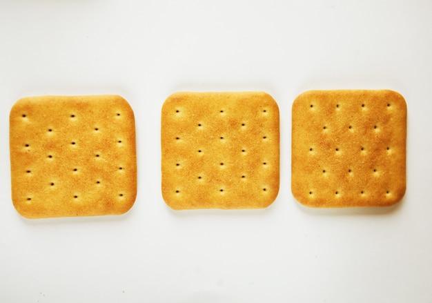 Biscotti del cracker sopra bianco
