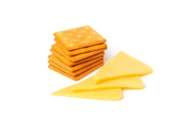 Biscotti del cracker con formaggio isolato su bianco.