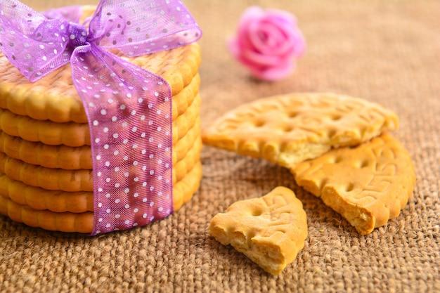 Biscotti cracker sul tavolo di legno