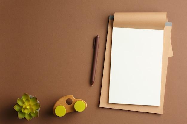 Album artigianale con una macchina da scrivere in legno e una penna