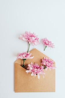 Busta artigianale da cui fiori. vista dall'alto