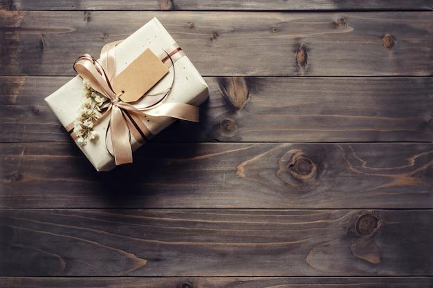 Confezione regalo artigianale su sfondo di legno tavolo con spazio copia