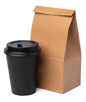 Sacco di carta del mestiere con la tazza di caffè su fondo bianco