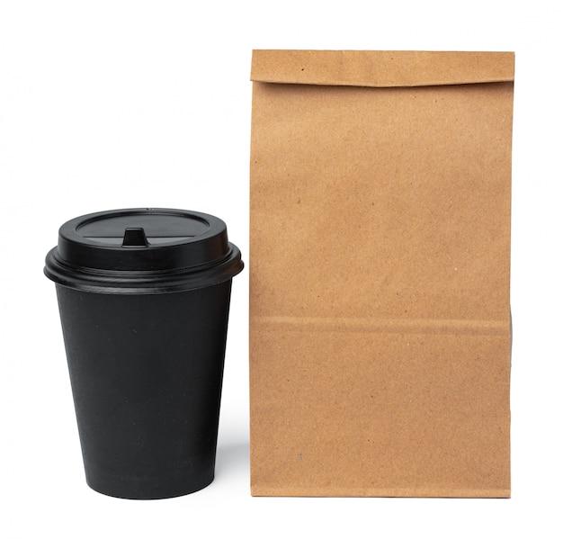 Sacco di carta del mestiere con la tazza di caffè su bianco