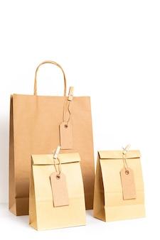 Crea sacchetti di carta con etichette di carta