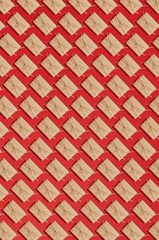Scatole regalo di carta artigianale legate da corda su sfondo rosso. modello. vista dall'alto. lay piatto