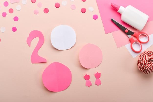 Artigianato con fenicottero rosa per bambini. istruzioni dettagliate passo dopo passo. passaggio 1 ritagliamo i dettagli.