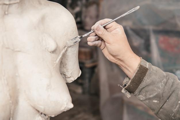 Artigiano che lavora nel suo laboratorio
