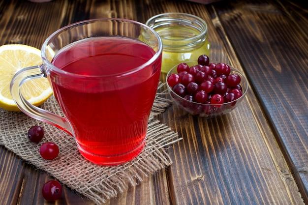 Morsetto di mirtillo rosso, miele e limone sul legno rustico