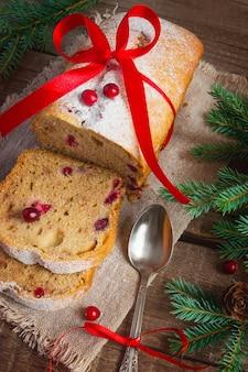 Muffin ai mirtilli con frutti di bosco freschi per natale.