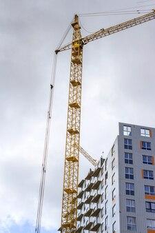 Gru e costruzione di edifici e le nuvole. composizione verticale