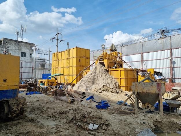 Gru sulla macchina dell'industria dell'area del cantiere di pali di perforazione