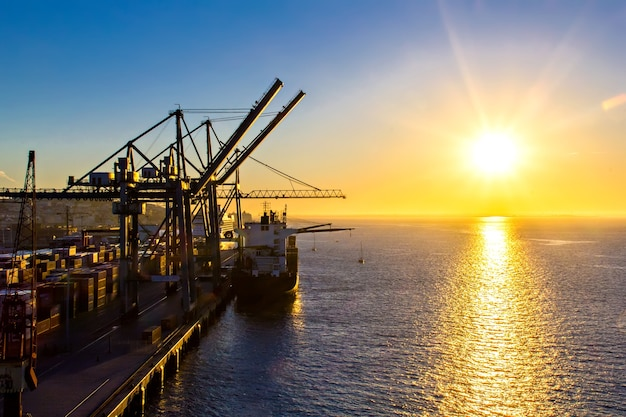 Gru che lavorano su una nave da carico, cantiere navale di lisbona, portogallo