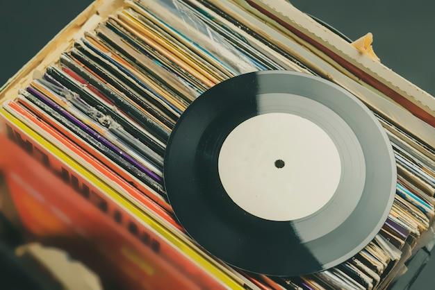 Scavo di casse nella collezione di dischi in vinile b