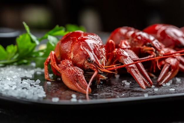 Gamberi. gamberi rossi bolliti o gamberi con erbe aromatiche, sfondo ricetta alimentare. avvicinamento