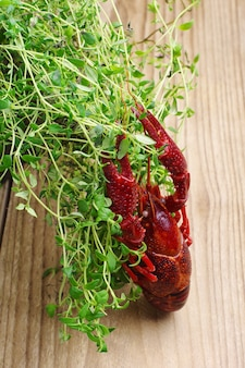 Gamberi e erbe di timo su un tavolo di legno
