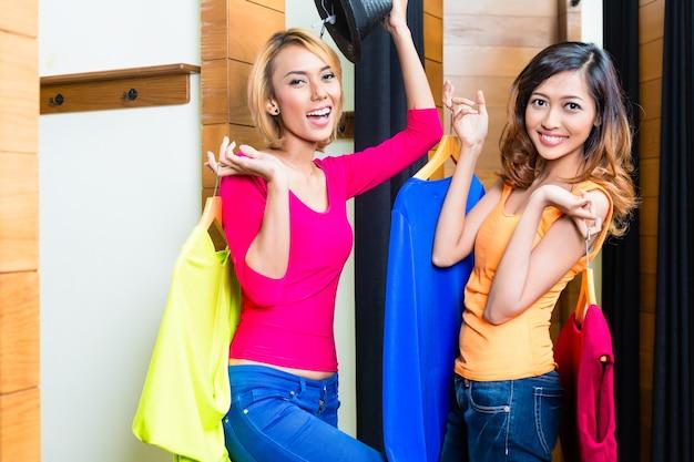 Migliori amici pazzi, due ragazze, divertendosi a fare shopping