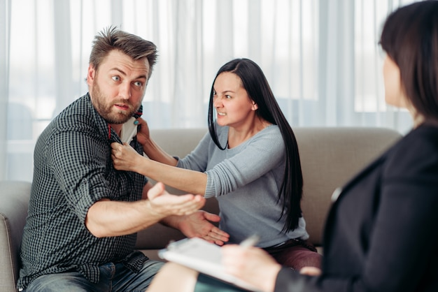 Pazienti di coppia pazza alla reception dello psicoterapeuta