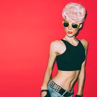 Pazzo discoteca punk ragazza su sfondo rosso. festa calda