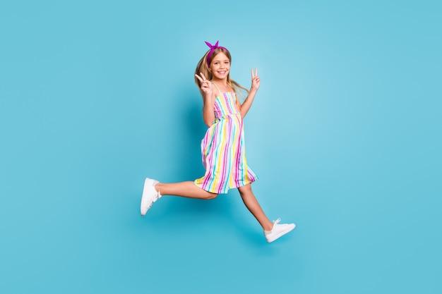 La ragazzina pazza e funky salta, divertiti d'estate rilassati