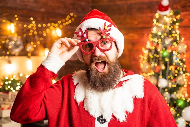 Pazzo divertente hipster santa hipster uomo barbuto santa festeggia il giorno del ringraziamento e natale