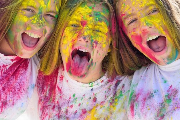 Ragazze pazze hipster. felice festa della gioventù. ottimista. vibrazioni primaverili. positivo e allegro. trucco colorato con vernice al neon. bambini con body art. ragazze con i capelli colorati e la faccia che si godono il momento.