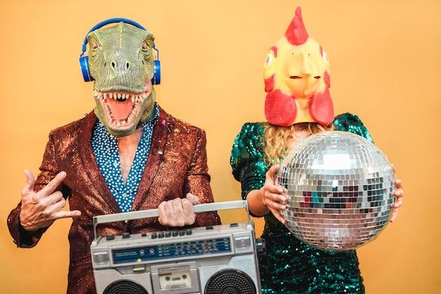 Gente alla moda pazza che ascolta musica con stereo stereo vintage