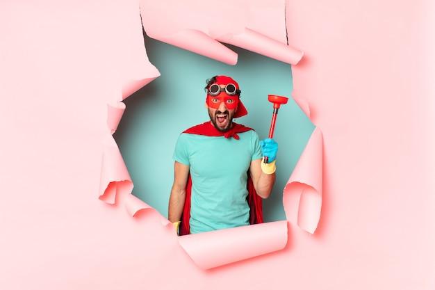 Concetto di pulizie uomo super eroe pazzo