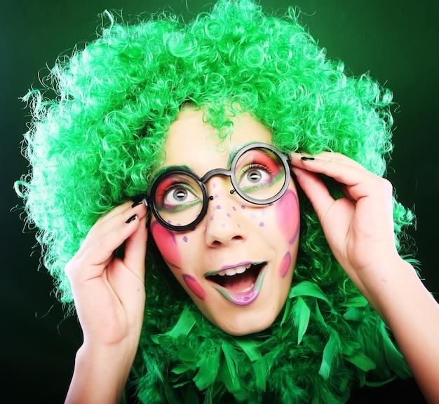 Donna pazza su sfondo verde