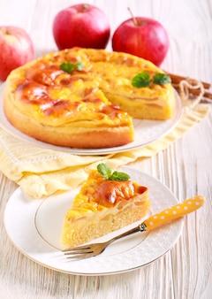 Torta morbida di mele e crema, affettata su piastra